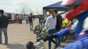 ODESSA UKRAINA, CZERWIEC, - 11 2016: Jechać na rowerze samochody i Kołysa n rolki retro festiwal Ludzie przechodzi blisko rocznik zbiory