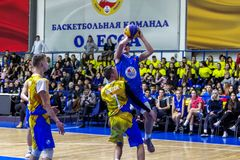 Odessa Ukraina, Feb, - 16, 2019: Sportowy wakacyjny dziecko koszykówki szkoły liga Nastolatek sztuki koszykówka, uczestniczy wewn obrazy royalty free