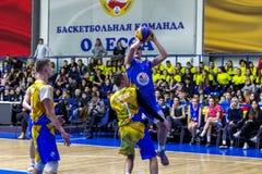Odessa Ukraina - Februari 16 2019: Sportslig feriebarns liga för skola för basket Tonåringar spelar basket, deltar in royaltyfria bilder