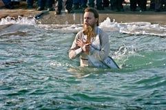Odessa Ukraina JANUARI 19, 2012: --: Christian Peopls simning i iskallt vatten Black Sea under epiphanyen (heligt dop) Fotografering för Bildbyråer