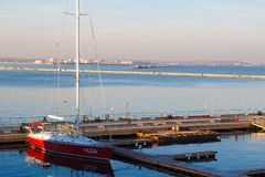 ODESSA UKRAINA - Januari 02, 2017 en röd yacht på yachtklubban i porten av Odessa royaltyfri fotografi