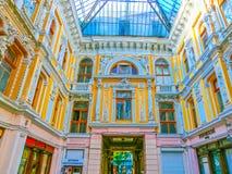 Odessa Ukraina - Jily 09, 2017: Borggårdpassage i Odessa Historiskt och arkitektur Royaltyfri Bild