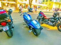 Odessa Ukraina - Jily 09, 2017: Skräddarsy mopeder som parkeras på den Deribasovskaya gatan i Odessa Royaltyfria Bilder