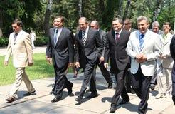 Odessa Ukraina, Kwiecień, - 6, 2011: Minister Spraw Zagranicznych Rosja Sergey Lavrov, oficjalna wizyta Kłaść kwitnie przy Wieczn zdjęcia royalty free