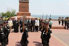 Odessa Ukraina, Kwiecień, - 6, 2011: Minister Spraw Zagranicznych Rosja Sergey Lavrov, oficjalna wizyta Kłaść kwitnie przy Wieczn zdjęcia stock