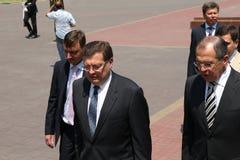 Odessa Ukraina, Kwiecień, - 6, 2011: Minister Spraw Zagranicznych Rosja Sergey Lavrov, oficjalna wizyta Kłaść kwitnie przy Wieczn obraz stock