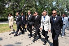 Odessa Ukraina, Kwiecień, - 6, 2011: Minister Spraw Zagranicznych Rosja Sergey Lavrov, oficjalna wizyta Kłaść kwitnie przy Wieczn fotografia stock