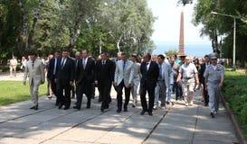 Odessa Ukraina, Kwiecień, - 6, 2011: Minister Spraw Zagranicznych Rosja Sergey Lavrov, oficjalna wizyta Kłaść kwitnie przy Wieczn obrazy royalty free