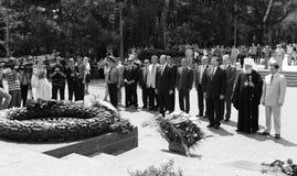 Odessa Ukraina, Kwiecień, - 6, 2011: Minister Spraw Zagranicznych Rosja Sergey Lavrov, oficjalna wizyta Kłaść kwitnie przy Wieczn zdjęcie stock