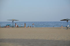 Odessa Ukraina, Lipiec, - 29, 2014: Niezidentyfikowani ludzie relaksuje na piaskowatej plaży Czarny morze w Odessa Obrazy Stock