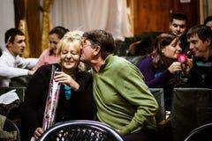 ODESSA UKRAINA - NOVEMBER 24: Mycket försiktiga äldre pensionärpar på Royaltyfria Bilder