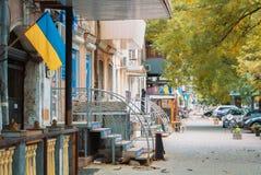 ODESSA UKRAINA - OKTOBER 14, 2017: En gata av Odessa med en lo Royaltyfri Foto