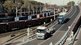 Odessa Ukraina, Październik, - 20, 2018 ciężarówka ciągnie daleko most i zatrzymuje Kolumna ciężarówka ruchy z mostu Droga zbiory wideo