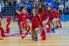 ODESSA, UKRAINA sept 3,2017: Młode piękne sportowe chirliderka dziewczyny z bębenami i pomponami zabawiają widowni podczas przerw obrazy stock