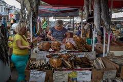 ODESSA UKRAINA, SIERPIEŃ, - 13, 2015: Rybi sprzedawcy w Privoz rynku, Odessa, Ukraina Obraz Stock