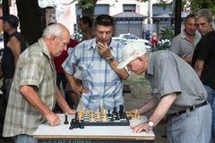 ODESSA, UKRAINE - 14. AUGUST 2015: Alte Männer, die Schach in einem Park von Odessa, Ukraine spielen Lizenzfreies Stockfoto
