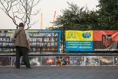 ODESSA, UKRAINE - 14. AUGUST 2015: Mann, der Respekt zu den Leuten getötet während des Maidan zahlt - Euromaidan lehnt auf Lizenzfreie Stockfotografie
