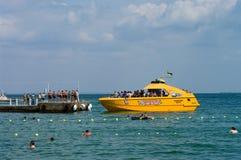 ODESSA, UKRAINE - 15. August 2015: Touristen nehmen, Schwimmen und r ein Sonnenbad Stockbild