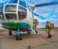 Odessa, Ukraine - 2 décembre 2015 : Les soldats ont chargé dans l'hélicoptère Image stock