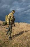 Odessa, Ukraine - 2 décembre 2015 : Soldat avec une arme à feu dans le domaine médical Photos stock