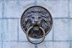 Odessa, Ukraine Heurtoir de porte principal de lion, situé dans le centre de la ville d'Odessa, l'Ukraine photographie stock libre de droits
