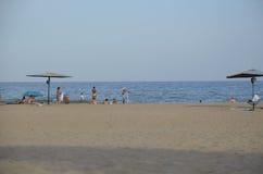 Odessa, Ukraine - 29. Juli 2014: Nicht identifizierte Leute, die auf dem sandigen Strand des Schwarzen Meers in Odessa sich entsp Stockbilder