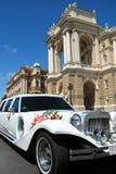 Odessa Ukraine, 26 Juli, 2009: Retro witte die limousine met bloemen voor huwelijksceremonie wordt verfraaid die dichtbij het hui Royalty-vrije Stock Foto's