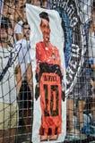 ODESSA, UKRAINE - 21. Juli 2018: Ultras Dynamo Kiev hing ein Plakat zu Ehren des ehemaligen Fußballspieler Junior Moraes-Teams wä lizenzfreies stockfoto