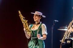 ODESSA, UKRAINE - 17 MARS 2019 : JAZZ de LIBERTÉ lumineux d'exposition de musique Beau jazz-band féminin sur l'étape dans un jazz images libres de droits