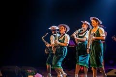 ODESSA, UKRAINE - 17 MARS 2019 : JAZZ de LIBERTÉ lumineux d'exposition de musique Beau jazz-band féminin sur l'étape dans un jazz images stock