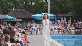 Odessa, Ukraine - 17 07 2015: Modell im weißen Kleid geht auf Odessa Fashion Day stock footage