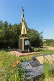 Odessa, Vasylivka-Dorf, Ukraine - 2014: Ein bescheidenes gut-gepflegtes gemaltes Monument zum Befreier im großen patriotischen Kr lizenzfreies stockbild