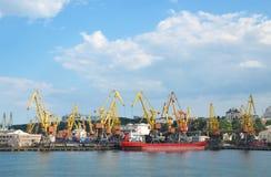 Odessa vira - la nave hacia el lado de babor, grúas, muelle Fotografía de archivo