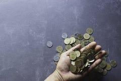Odgórnego widoku ręka osoby mienia monety dalej dla pieniądze, oszczędzania pojęcie zdjęcie royalty free