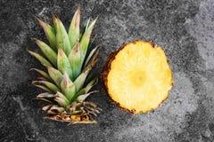 Odgórny widok ananas pokrajać otwartego na kamiennym tle zdjęcie royalty free