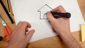 Odgórny widok, architekta wewnętrzna ręka rysuje dom wśrodku serca na prześcieradle papier, idealny materiał filmowy dla tematów  zdjęcie wideo