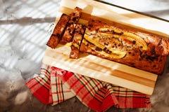 Odgórny widok bezpłatny masło i cukrowy bezpłatny bananowego chleba bochenek z owies mąką Weganinu tort dla zdrowej diety zdjęcia royalty free