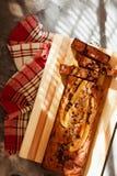 Odgórny widok bezpłatny masło i cukrowy bezpłatny bananowego chleba bochenek z owies mąką Weganinu tort dla zdrowej diety obrazy stock