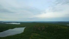 Odgórny widok jezioro z kamieniami i bardzo zielenieje brzeg obraz stock