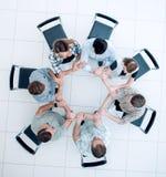 Odgórny widok kreatywnie grupa biznesowa składał z ręk okrąg zdjęcie royalty free
