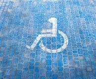 Odgórny widok na parking znaku dla obezwładnia ludzi Niepełnosprawni miejsce do parkowania i wózka inwalidzkiego symbole na bruku zdjęcia stock