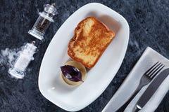 Odgórny widok na tradycyjnym śniadaniowym jedzeniu Europejska kuchnia obraz royalty free