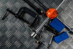 Odgórny widok narzędzia na przemysłowym metalu checker talerzu Metalu checkerplate dla antego uślizgu Dokrętka, rygle i hex klucz obrazy stock