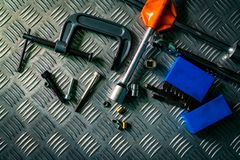 Odgórny widok narzędzia na przemysłowym metalu checker talerzu Metalu checkerplate dla antego uślizgu Dokrętka, rygle i hex klucz obraz royalty free