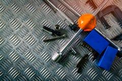 Odgórny widok narzędzia na przemysłowym metalu checker talerzu Metalu checkerplate dla antego uślizgu Dokrętka, rygle i hex klucz zdjęcia royalty free