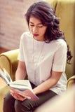 Odgórny widok poważny mądrze kobiety czytanie zdjęcie royalty free