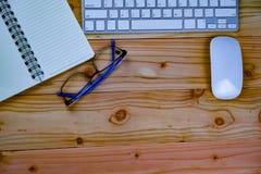 odgórny widok pracujący biurko stół z keybord, mysz, notatnik, szkło fotografia royalty free
