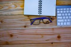 odgórny widok pracujący biurko stół z keybord, mysz, notatnik, szkło fotografia stock