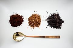 Odgórna widoku A naturalna kawa, natychmiastowa kawa, herbata i łyżka, zdjęcia royalty free