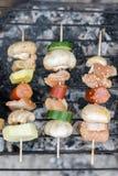Odgórnego mieszkania nieatutowy widok mięsa i warzyw kebabs na grillu Zdjęcie Stock